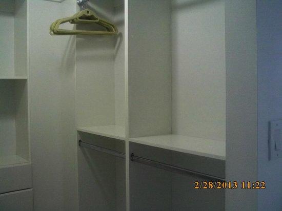 Fortune House Luxury Apartment Suites:                   Walkin closet