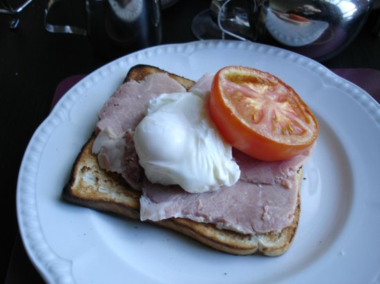 Bay Marine Hotel: Ham and eggs.