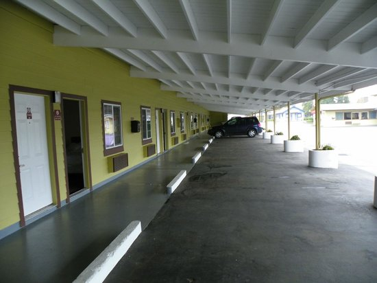 Rodeway Inn Medford:                   Covered parking at every room