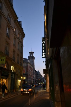 Hotel le Petit Paris: Outside the Hotel a Twilight