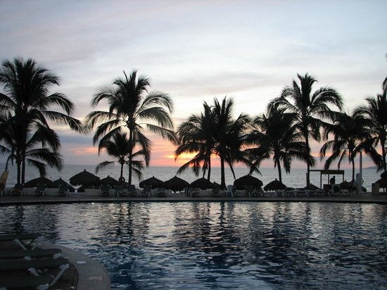 Marival Resort & Suites:                   Lokking onto pool and Ocean at sunset from  Italian  restaurant
