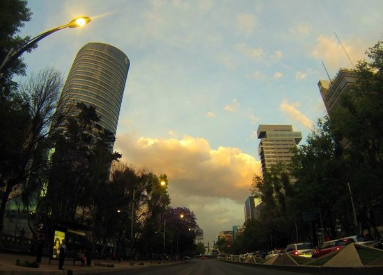 The St. Regis Mexico City: Hotel (batiment sur la gauche)