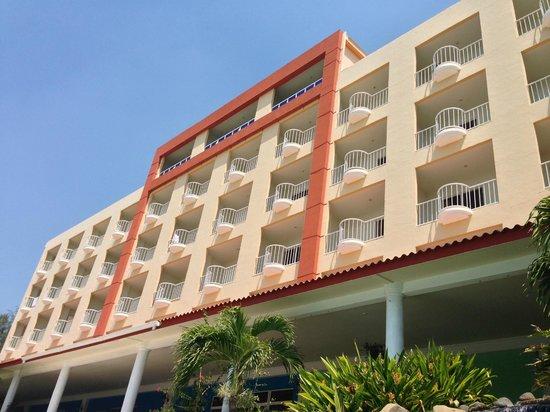 Comfort Inn Bahia Dorada:                                                       vista trasera del hotel