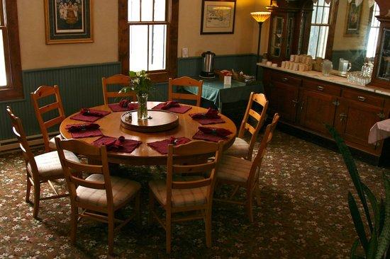 Elk Mountain Lodge:                                     breakfast large table
