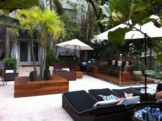 Metropole Apartments:                   área de piscina pero la piscina es de 2x2 mts