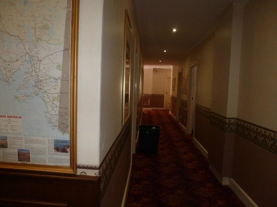 Ensenada Motor Inn and Suites :                                     one of the interior hallways (my room was exterior)