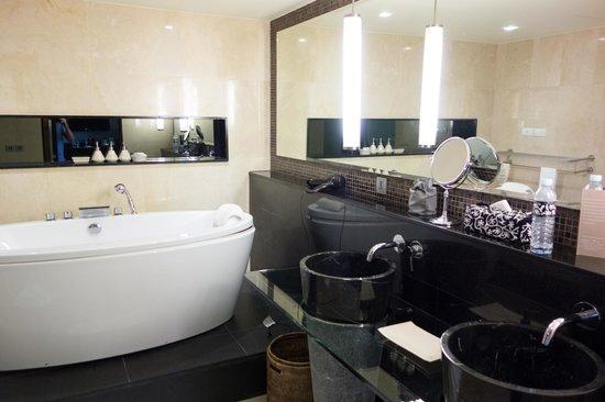 โรงแรมบันยันทรี กรุงเทพ: Bathroom sinks