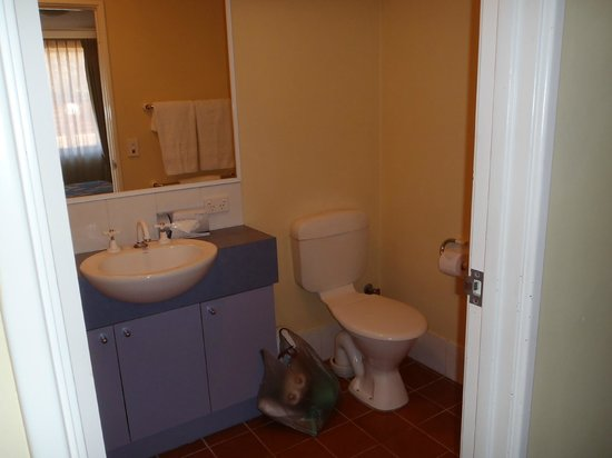 Hillarys Harbour Resort Apartments:                                     Bath/Shower, Toilet