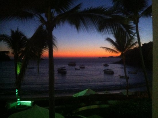 Tesoro Manzanillo:                   sunset in Bay in front of hotel