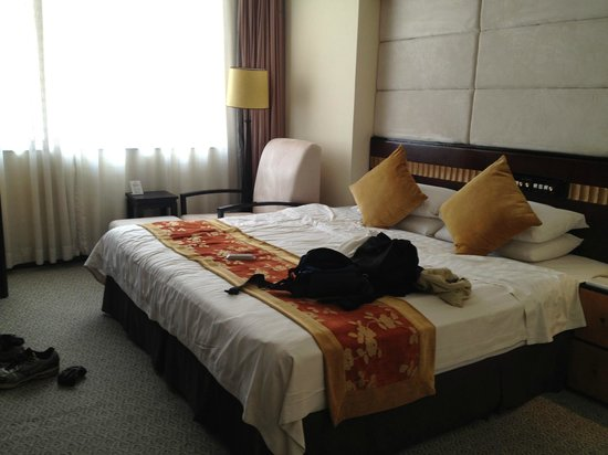 Landmark Canton Hotel: Elite Room River View....not full glass window with hard bed
