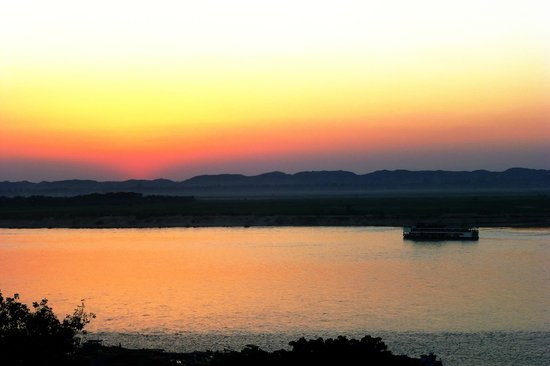 Ayarwaddy River View Hotel: Sunset from roof
