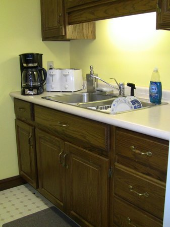 Granton, Canada: Kitchen with coffeemaker and quadruple toaster