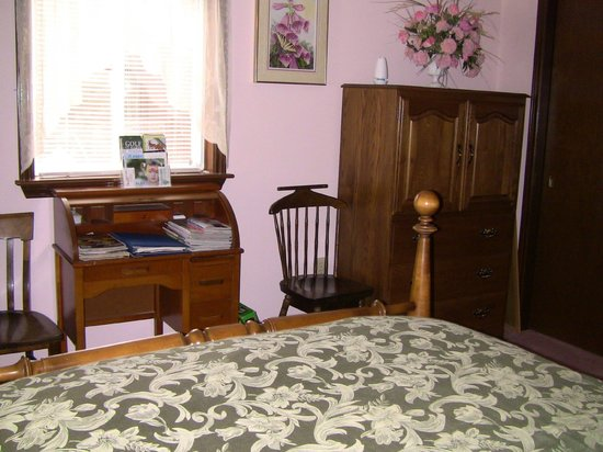 A Valley View B&B: Large bedroom fully furnished