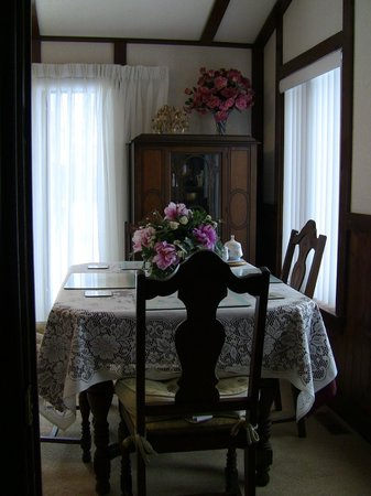 Valley View B&B: Dining room suite set beside large windows