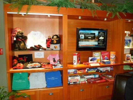 Long Beach Lodge Resort: souvenir shop in lobby