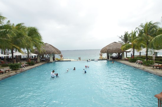 Crimson Resort and Spa, Mactan:                                     infinity pool!