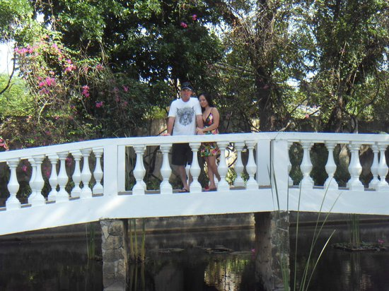 Montebello Villa Hotel:                   Very romantic bridge...