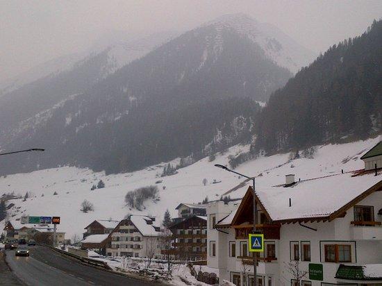 Hotel Garni Belmonte:                   View from road