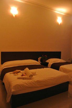 Teluk Lipat Seaview Inn :                                     SUTERA room
