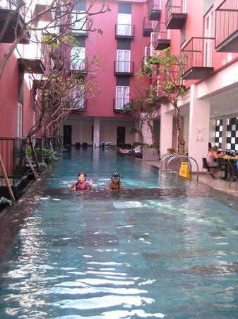 โรงแรมอมาริส ลีเจียน บาหลี:                   Swimming Pool