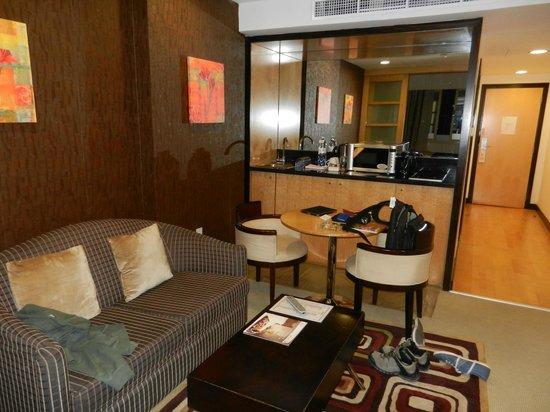 Savoy Suites Hotel Apartments:                   Wohnbereich mit Küchenzeile