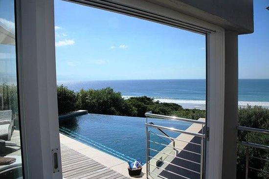 Periwinkle Guest Lodge:                   Poolbereich vom Speisesaal/Wohnzimmer