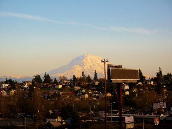 La Quinta Inn & Suites Tacoma Seattle:                   View Of Mt. Rainier From Our Room