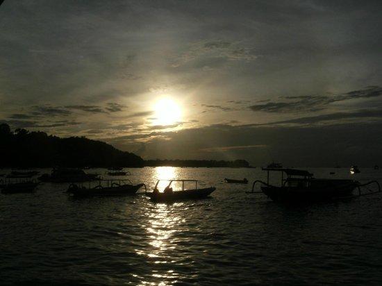 Nusa Lembongan, Indonesia:                   the sunset... view from Jungut Batu Village