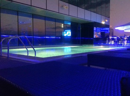 Four Points by Sheraton Sheikh Zayed Road, Dubai:                   piscina di sera