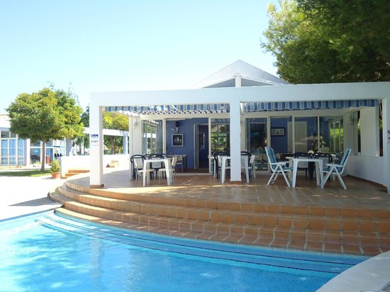 Club Ciudadela:                   terraza con vista a la piscina