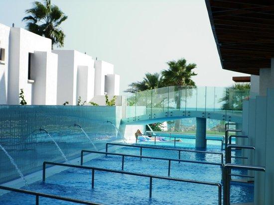 Adams Beach Hotel: Мостик между основной территорией и корпусом Deluxe Wing