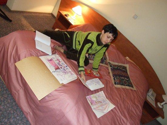 Hotel Belwederski: вечерняя доработка рисунков в номере гостиницы Бельведерской