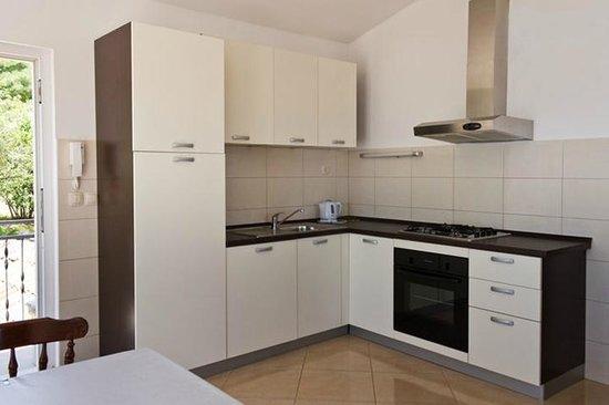 Palma Apartments: kitchen
