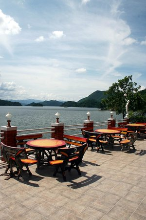 Kaeng Krachan National Park:                   Nette Restaurants am Stausee.