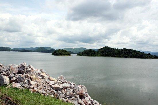 Kaeng Krachan National Park:                   Der Kaeng Krachan See inmitten des Nationalparks.