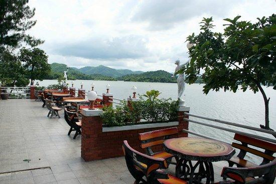 Kaeng Krachan National Park:                   Tolles Ambiente am Stausee.