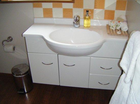 Settlers Motel:                   Spotlessly clean bathroom
