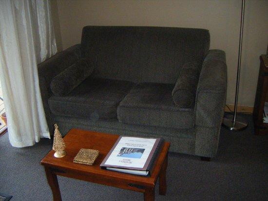 Settlers Motel:                   Lounge