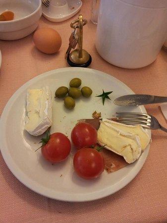 Monopole de la Gare:                   Breakfast - brie cheese and cherry tomatoes