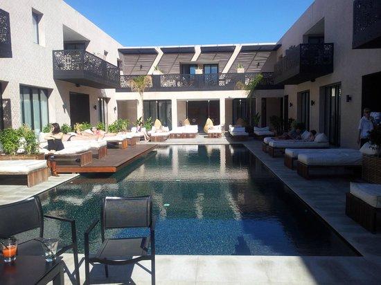 Cesar Resort & Spa:                   Piscine extérieure au centre de l'hôtel