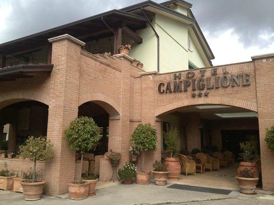 هوتل كامبليوني:                   albergo da fuori                 