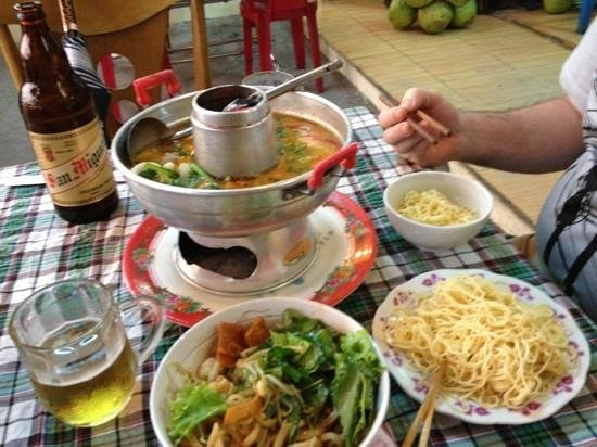 An Hoi Restaurant :                   Delicious seafood hotpot, shrimp cao lau, and fresh vegetable spring roll.