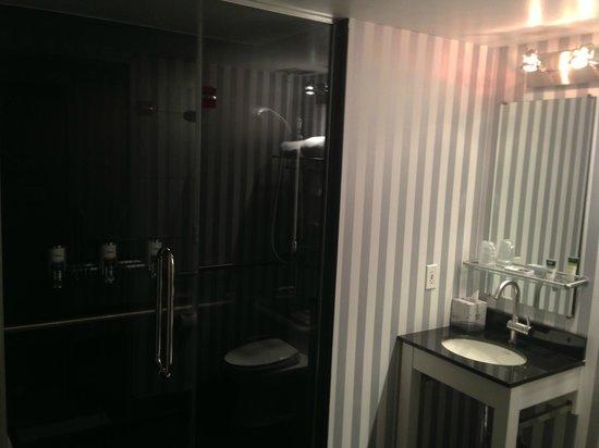 فور بوينتس باي شيراتون مانهاتن - تشيلسي:                   Shower room                 