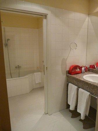 Starlight Suiten Hotel Renngasse: La grande salle de bains : zone baignoire et wc avec porte coulissante