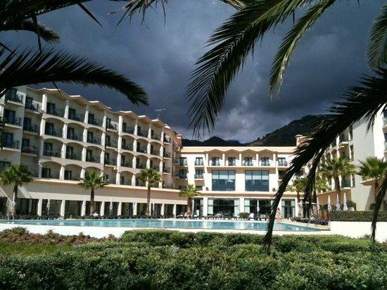 Vila Gale Santa Cruz:                   Blick vom Meer auf das Hotel