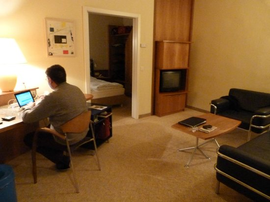 Salon et bureau chambre au fond avec porte coulissante picture of