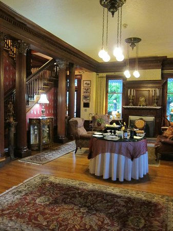 Churchill Manor Bed and Breakfast:                   Nice common area