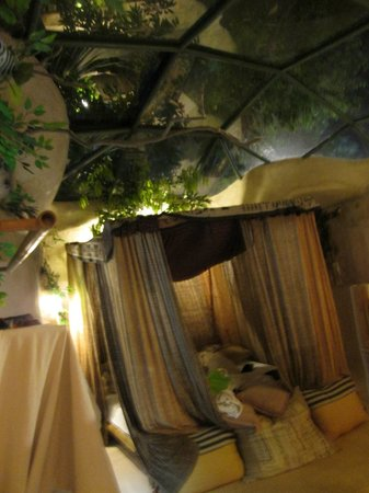 Huarn Jana Boutique Resort :                                     Bed with Glass Roof Above
