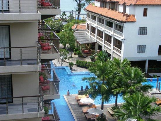 Baan Laimai Beach Resort:                                     pool to beach