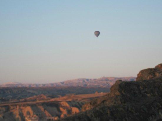 Temenni Evi Hotel:                   テメンニ エヴィ・・・朝の青空に気球が1基と寂しい、事故直後で自粛?